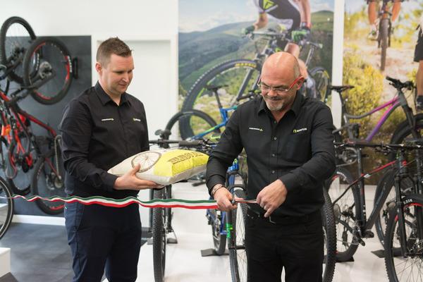 42c9686bfbeb Szombat reggeltől a nagyközönség előtt is nyitva áll hazánk első Merida  Concept Store és E-Bike Tesztcenter üzlete, a Váci út 140. alatt.